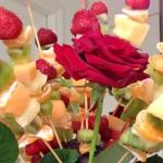 Composta di frutta fresca e rose rosse 1