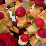 Composta di frutta fresca e rose rosse 2